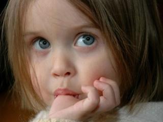 عکس دلایل مکیدن انگشت در کودکان