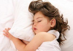 بی خوابی کودکان میتواند ناشی از کش مکش والدین باشد